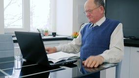 L'uomo d'affari Rageful del pensionato getta i documenti che si siedono davanti al computer stock footage