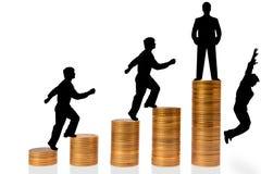 L'uomo d'affari sale le scale dalle monete Fotografia Stock