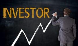 L'uomo d'affari scrive l'investitore sul concetto della lavagna fotografia stock
