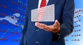 L'uomo d'affari senior porta il bordo di dati di borsa valori Immagine Stock