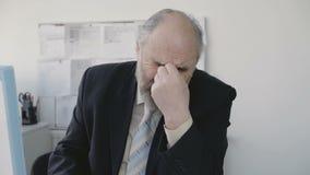 L'uomo d'affari senior triste stanco lavora in ufficio 4K stock footage