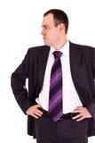 L'uomo d'affari serio osserva in qualche luogo Fotografie Stock Libere da Diritti