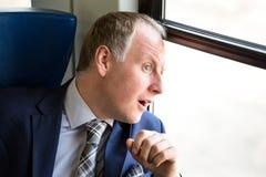L'uomo d'affari si è sorpreso che cosa vede attraverso a finestra Fotografie Stock Libere da Diritti