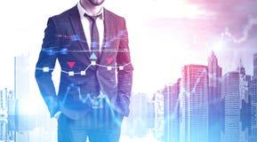 L'uomo d'affari sicuro in città, forex rappresenta graficamente fotografie stock