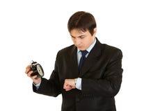 L'uomo d'affari sincronizza le vigilanze isolate su bianco. Fotografia Stock Libera da Diritti