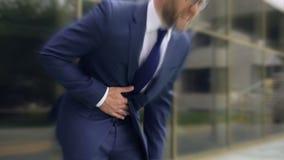 L'uomo d'affari soffre dal dolore di stomaco tagliente, gastrite, bruciore di stomaco, effetto vertiginoso archivi video