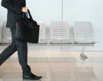 L'uomo d'affari sta camminando Immagine Stock