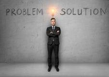 L'uomo d'affari sta con lo schizzo della lampadina sopra la sua testa ed esprime il problema, soluzione Immagine Stock Libera da Diritti