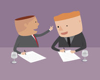 L'uomo d'affari sta firmando un contratto. Fotografie Stock Libere da Diritti