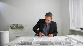 L'uomo d'affari sta guardando l'architettura sporgente con la realt? aumentata e mista stock footage