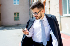 L'uomo d'affari sta mandando un sms a Immagine Stock Libera da Diritti