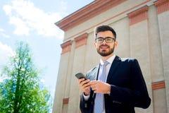 L'uomo d'affari sta mandando un sms a Fotografia Stock Libera da Diritti