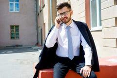 L'uomo d'affari sta parlando sul telefono Immagini Stock Libere da Diritti
