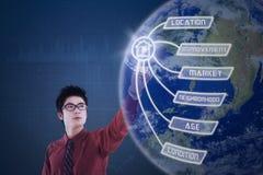 L'uomo d'affari sta premendo lo schermo virtuale del globo Immagine Stock Libera da Diritti