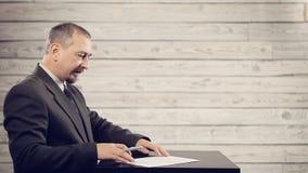 L'uomo d'affari sta preparando firmare il documento archivi video