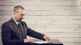 L'uomo d'affari sta preparando firmare il documento video d archivio