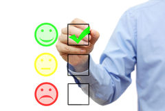 L'uomo d'affari sta scegliendo il sorriso sulla lista di controllo Immagine Stock