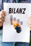 L'uomo d'affari sta tenendo una carta bruciante Immagine Stock
