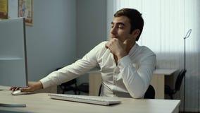 L'uomo d'affari stanco che scrive sulla tastiera, ritiene il disagio in occhi e li massaggia archivi video