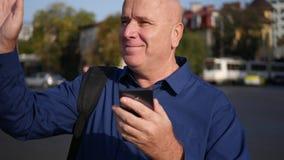 L'uomo d'affari Text Using Cellphone considera la via e saluta felice stock footage