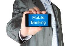 L'uomo d'affari tiene il telefono astuto con le parole mobili di attività bancarie fotografia stock libera da diritti