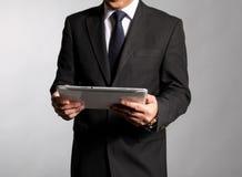 L'uomo d'affari tiene un libretto immagini stock libere da diritti
