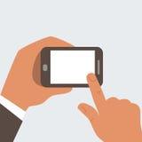 L'uomo d'affari tocca il telefono cellulare con lo schermo in bianco Fotografia Stock