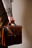 L'uomo d'affari trasporta la valigia Fotografie Stock