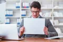 L'uomo d'affari in ufficio che tiene un forum in bianco Fotografia Stock
