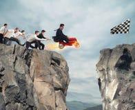 L'uomo d'affari veloce con un'automobile vince contro i concorrenti Concetto di successo e di concorrenza fotografie stock