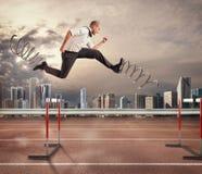 L'uomo d'affari veloce sormonta e raggiunge il successo rappresentazione 3d Fotografie Stock