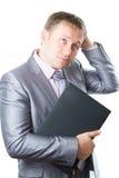 L'uomo d'affari in vestito alla moda mantiene il computer portatile immagine stock