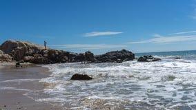 L'uomo da solo sulla spiaggia Fotografia Stock