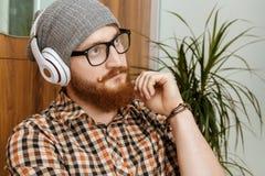 L'uomo dai capelli rossi ha pensato mentre ascoltava la musica Fotografie Stock Libere da Diritti