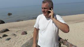 L'uomo dal mare parla dal telefono