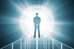 L'uomo davanti al blu teletrasporta Fotografie Stock Libere da Diritti