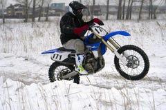 L'uomo del corridore dello sportivo compie un giro veloce su un motociclo sull'estremo della strada La pista di corsa è molto irr Fotografia Stock