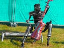 L'uomo del ferro gioca il contrabbasso, il robot gioca il violoncello fotografie stock
