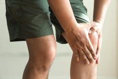 l'uomo del ginocchio tiene sulla sofferenza dal dolore in primo piano del ginocchio La L Fotografie Stock Libere da Diritti