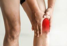 l'uomo del ginocchio tiene sulla sofferenza dal dolore in primo piano del ginocchio La L Immagine Stock