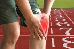 l'uomo del ginocchio tiene sulla sofferenza dal dolore in primo piano del ginocchio La L Immagine Stock Libera da Diritti