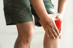 l'uomo del ginocchio tiene sulla sofferenza dal dolore in primo piano del ginocchio La L Immagini Stock Libere da Diritti