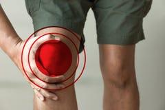 l'uomo del ginocchio tiene sulla sofferenza dal dolore in primo piano del ginocchio La L Fotografie Stock