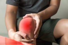 l'uomo del ginocchio tiene sulla sofferenza dal dolore in primo piano del ginocchio La L Fotografia Stock Libera da Diritti