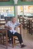 L'uomo del Messico si siede da solo nell'area pranzante Immagini Stock Libere da Diritti