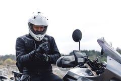 L'uomo del motociclista si siede sulla motocicletta di avventura Fuori dalla strada Viaggio del motociclo enduro che viaggia, spo immagine stock libera da diritti