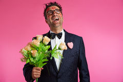 L'uomo del nerd con il fronte del rossetto segna il giorno di biglietti di S. Valentino Fotografie Stock