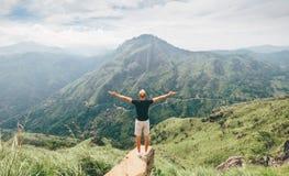 L'uomo del viaggiatore gode del paesaggio delle montagne Vacanze di concetto di viaggio Immagine Stock