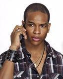 L'uomo dell'afroamericano comunica sul suo telefono delle cellule Fotografia Stock Libera da Diritti