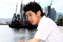 L'uomo dell'Asia si distende nella sosta nella città Fotografia Stock Libera da Diritti